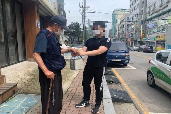 """우양재단 """"신선과일(수박) 지원사업"""" 저소득 재가노인 식사배달 대상자 수박 전달"""
